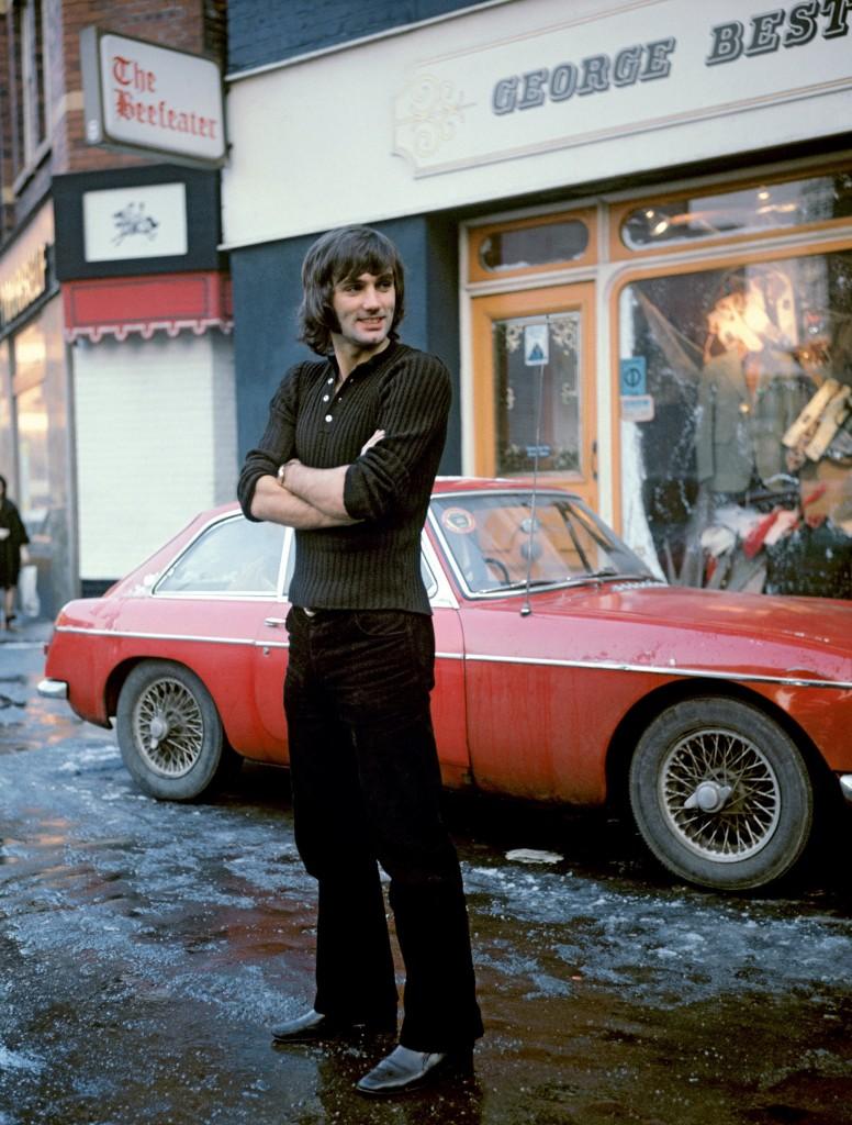 Ο Τζον Μπεστ έξω από το κατάστημα ρούχων του στο Μάντσεστερ. Από το λεύκωμα «Τα χρόνια της αθωότητας» της Taschen