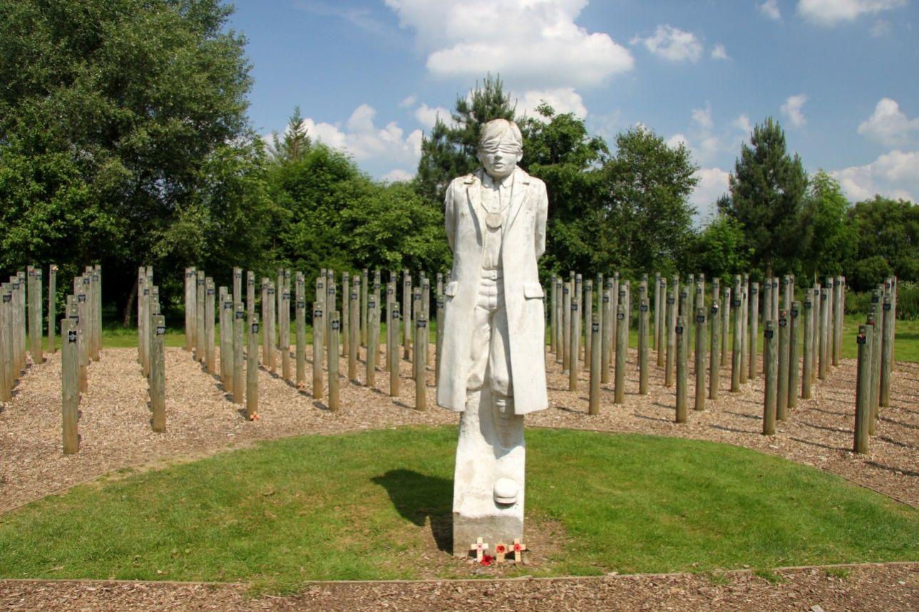 Το Μνημείο Εκτέλεση την Αυγή είναι από τα πιο συγκινητικά στον κόσμο. Το άγαλμα απεικονίζει τον Χάρυ Φαρ, τον βρετανό στρατιώτη που εκτελέστηκε με την κατηγορία της «δειλίας» στα 25 του έτη, το 1916, και οι πάσαλοι συμβολίζουν τους υπόλοιπους 306 στρατιώτες της βρετανικής Κοινοπολιτείας που καταδικάστηκαν σε θάνατο από το Στρατοδικείο με αντίστοιχες κατηγορίες.