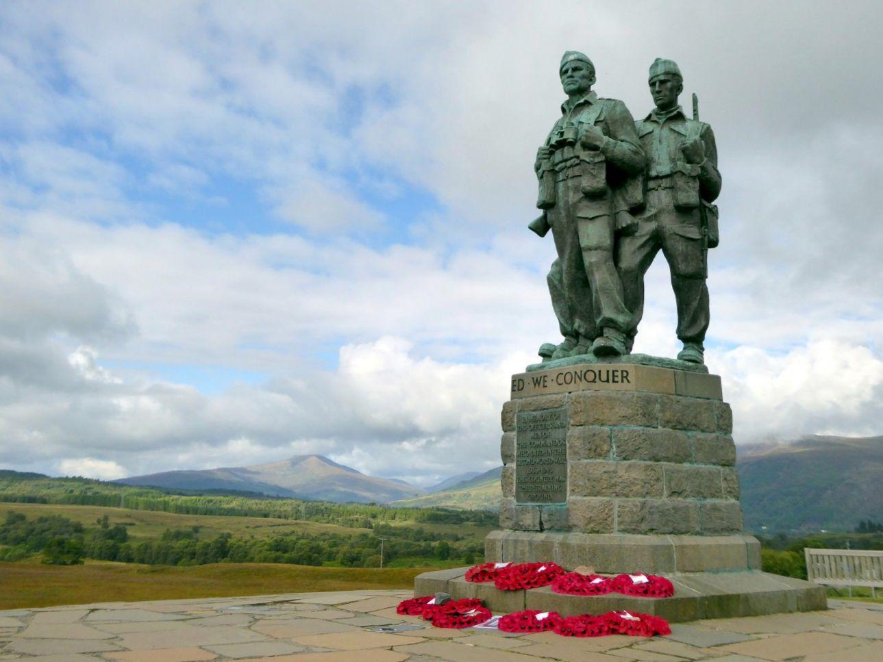 Το Μνημείο των Κομάντο: Οι τρεις μπρούτζινοι κομάντο ανεγέρθηκαν το 1952, στα Χάιλαντς της Σκοτίας, πολύ κοντά στη Σπιν Μπριτζ, με την επιγραφή: «Στο όνομα των αξιωματικών και των κομάντο που σκοτώθηκαν στον Β' Παγκόσμιο Πόλεμο, το 1939-1945. Η εξοχή ήταν για αυτούς τόπος εκπαίδευσης».