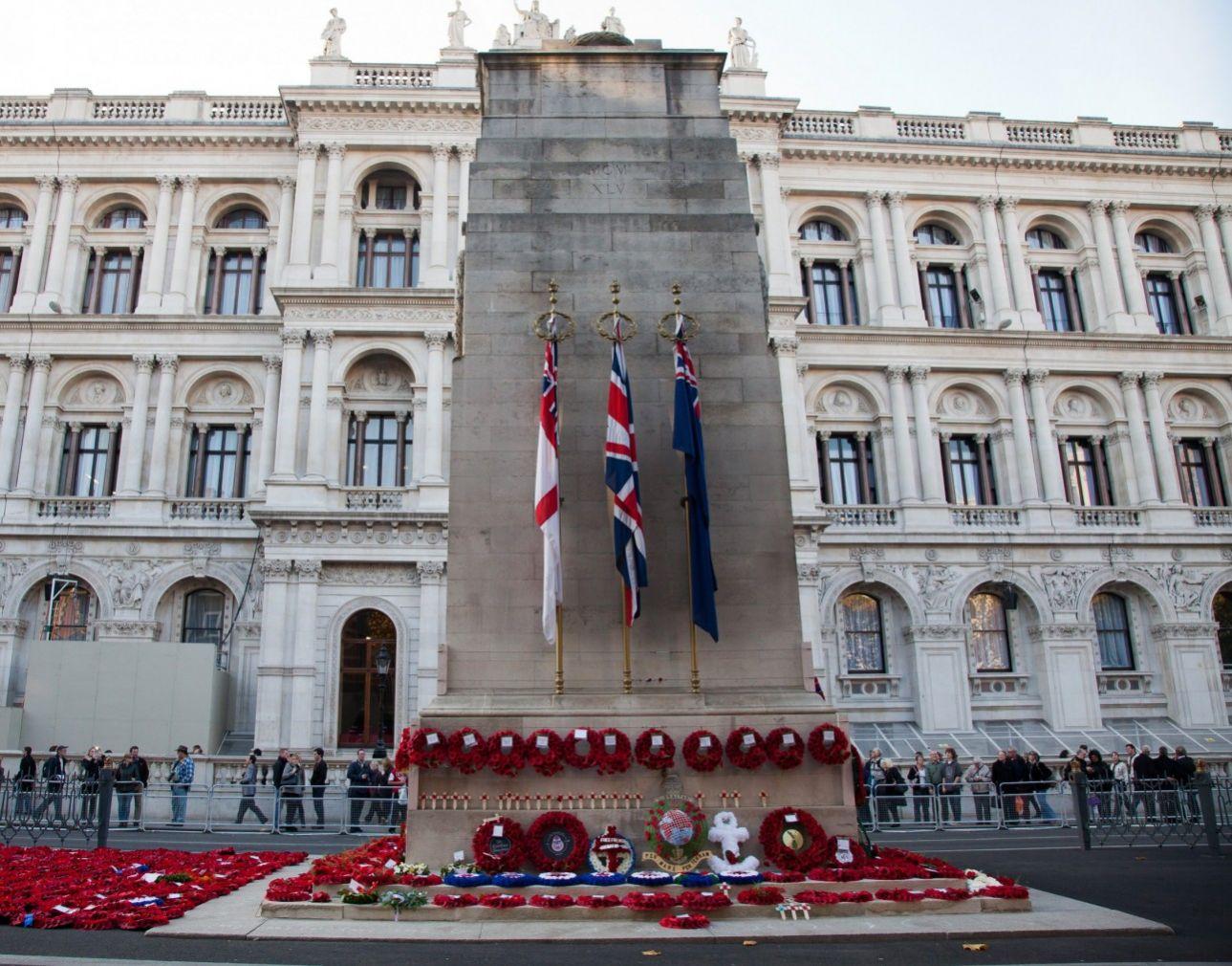Σχεδιάστηκε από τον βρετανό αρχιτέκτονα, Έντουιν Λάτυενς, και χτίστηκε το 1919-1920 για τα θύματα του, τότε γνωστού ως, Μεγάλου Πολέμου, αλλά το «Κενοτάφιο», στο Ουάιτχολ του Λονδίνου, είναι πλέον αφιερωμένο στη μνήμη των πεσόντων και των δύο Παγκοσμίων Πολέμων.