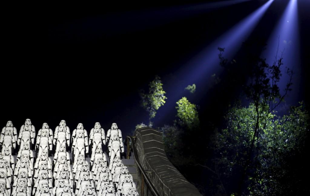 Πεντακόσια αντίγραφα των Stormtrooper από το «Star Wars στο Πεκίνο για την προώθηση της νέας ταινίας της σειράς. (REUTERS/Jason Lee)