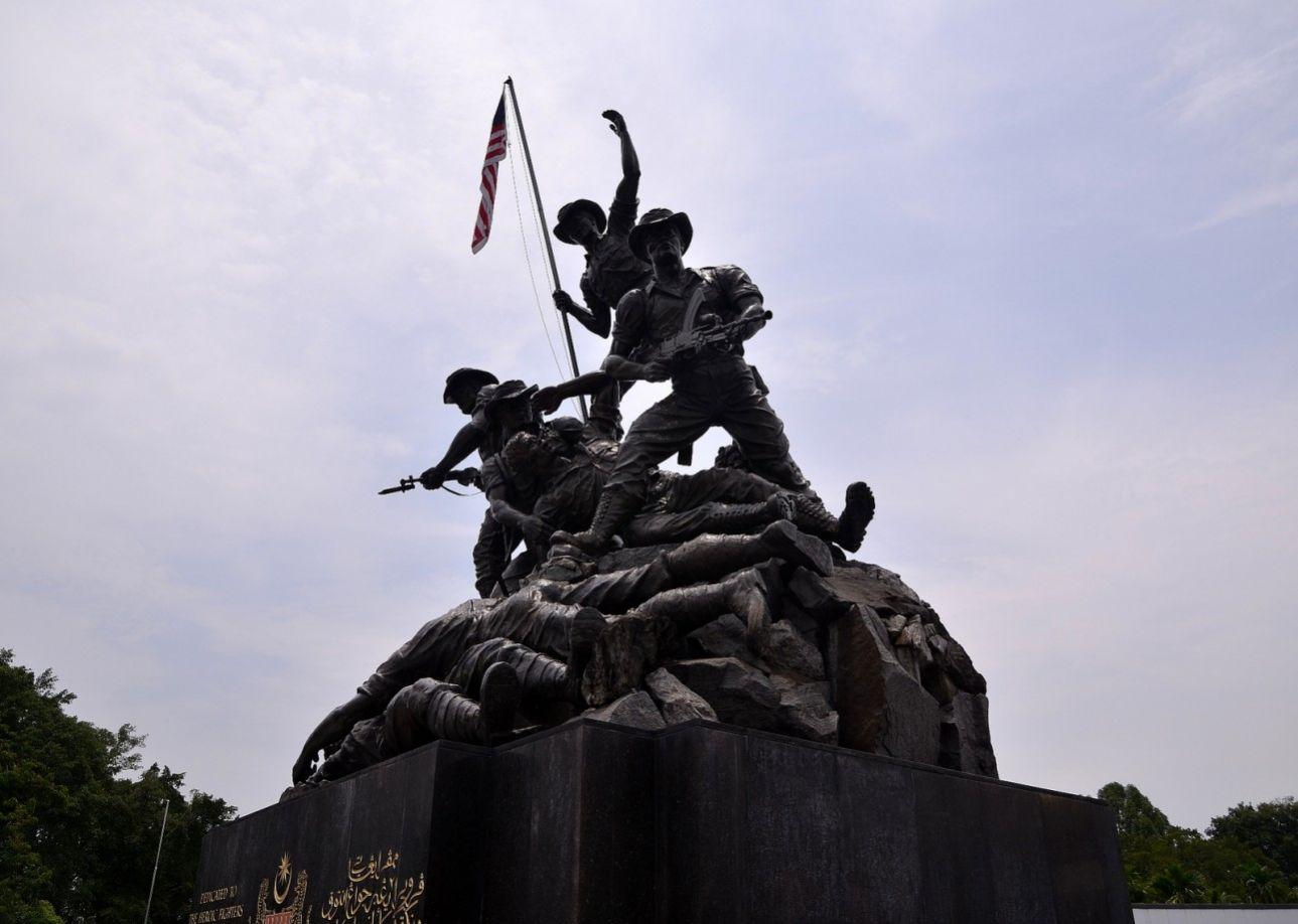 Το Εθνικό Μνημείο της Μαλαισίας είναι το ψηλότερο «ομαδικό» γλυπτό από μπρούντζο, βρίσκεται στην Κουάλα Λουμπούρ και τιμά τους στρατιώτες που σκοτώθηκαν πολεμώντας για την απελευθέρωση της χώρας από τους Ιάπωνες, κατά τον Β' Παγκόσμιο Πόλεμο.