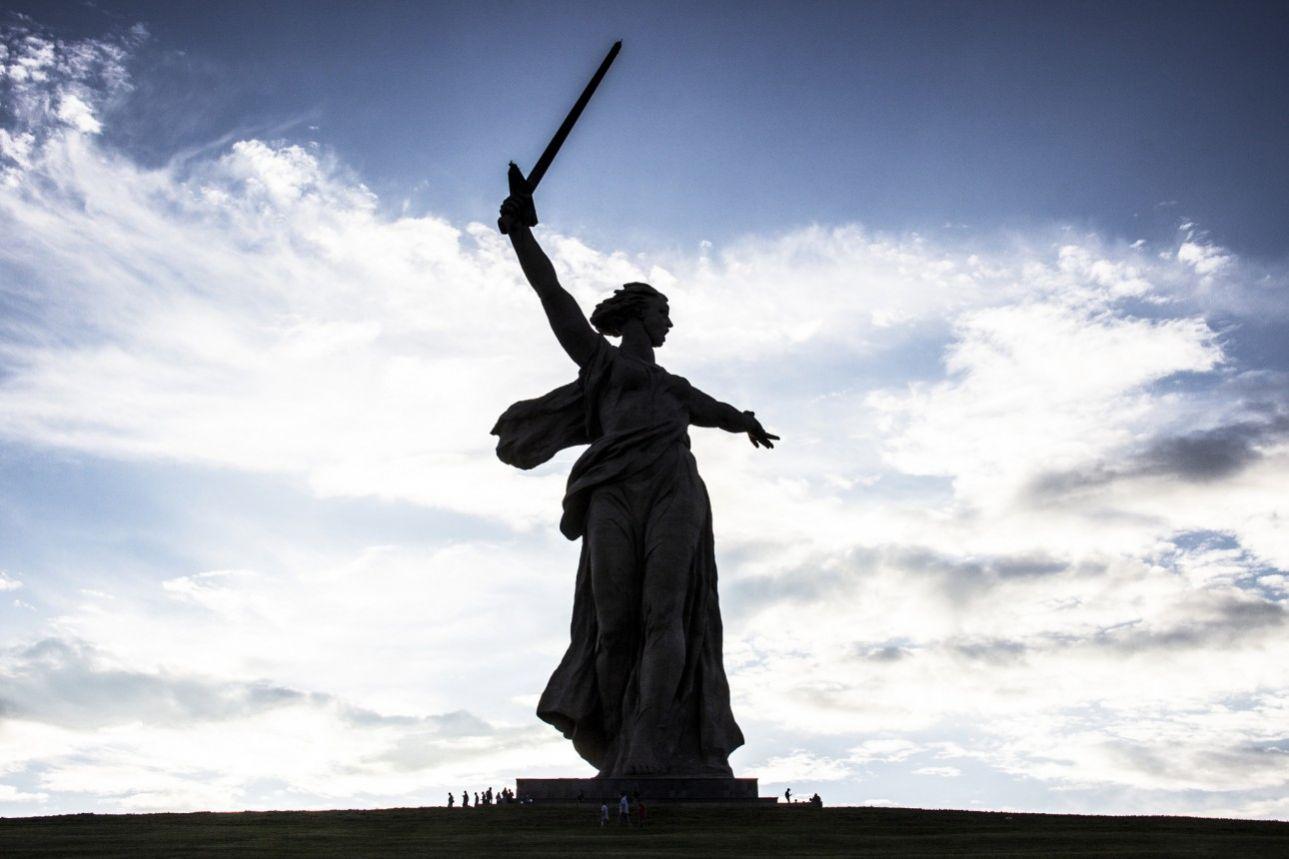 Η «Μητέρα Πατρίδα καλεί» και είναι το ψηλότερο (52μ.) γυναικείο άγαλμα στον κόσμο. Είναι αφιερωμένο στη ρωσική νίκη στη μάχη του Στάλινγκραντ, στις 2 Φεβρουαρίου του 1943, βρίσκεται στο Βόλγκογκραντ και πολύ κοντά στον τάφο του Βασίλι Ζάιτσεφ, του σοβιετικού σκοπευτή που σκότωσε 225 στρατιώτες του Άξονα κατά τη διάρκεια του Β' Παγκοσμίου Πολέμου.