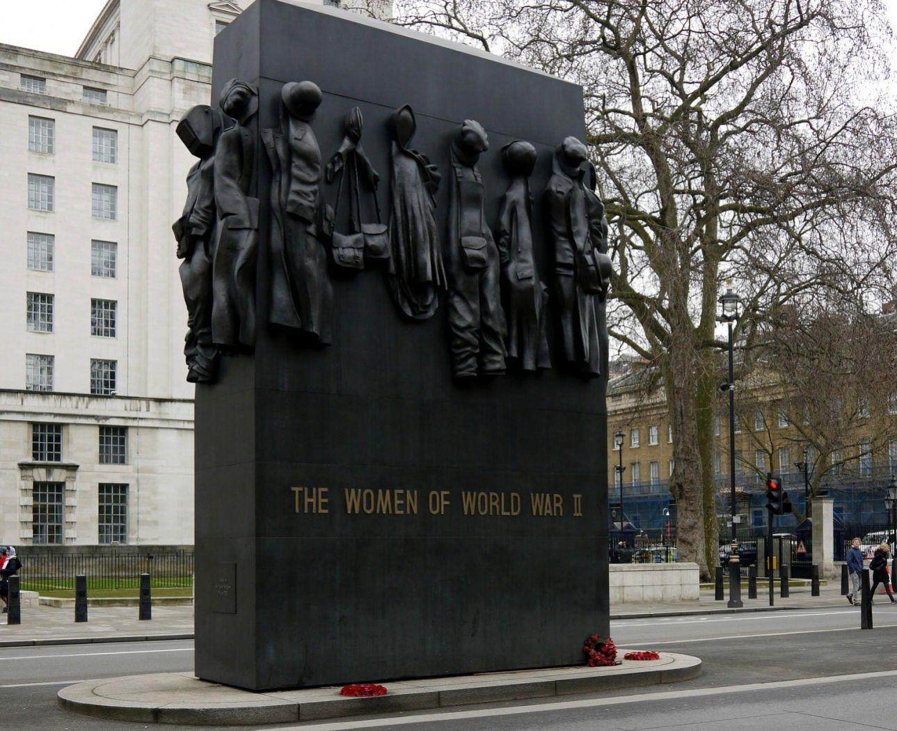 Το Μνημείο για τις Γυναίκες του Β' Παγκοσμίου Πολέμου ανεγέρθηκε το 2005 στο Ουάιτχολ και είναι εμπνευσμένο από τη συμβολή των (θηλυκών) πυροβολητών, Έντνα Στορ και Μίλντρεντ Βιλ. Οι 17 κενές ενδυμασίες και στολές υπενθυμίζουν τα διαφορετικά επαγγέλματα που είχαν οι γυναίκες πριν πολεμήσουν.