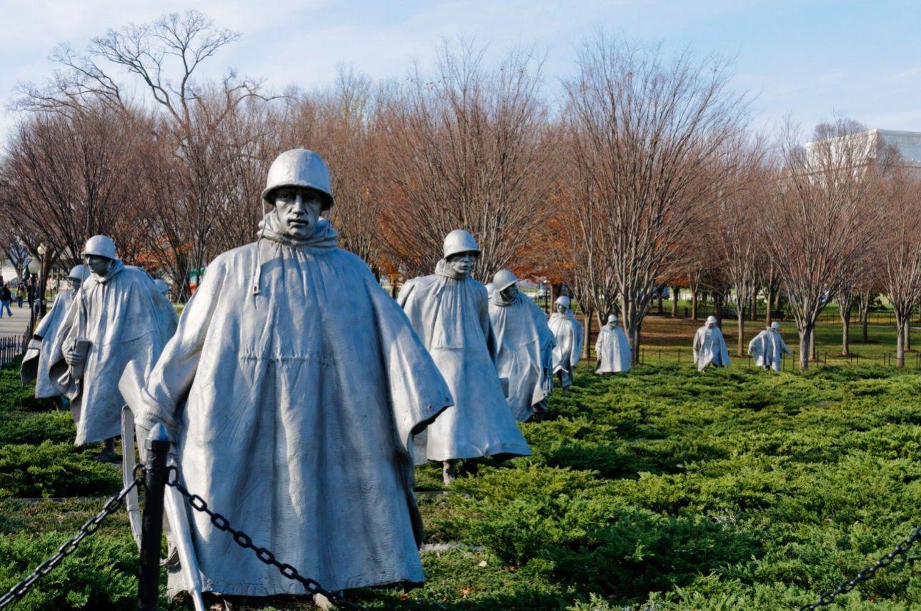 Είναι φτιαγμένοι από ατσάλι αλλά μοιάζουν αληθινοί και, μάλιστα, σαν να βρίσκονται σε περιπολεία. Το Μνημείο για τους Βετεράνους του Πολέμου της Κορέας απότελείται από 19 αγάλματα που τιμούν τους περισσότερους από 35.000 αμερικανούς στρατιώτες που σκοτώθηκαν στον πόλεμο της Κορέας, το 1950-1953.