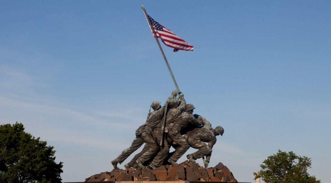 Το Μνημείο για το Σώμα Πεζοναυτών των ΗΠΑ, στο Εθνικό Νεκροταφείο του Άρλινγκτον στη Βιρτζίνια, βασίζεται στη διάσημη φωτογραφία της Associated Press που απαθανάτισε 5 πεζοναύτες και έναν νοσοκόμο του ναυτικού την ώρα που ύψωναν την αμερικανική σημαία, την πέμπτη μέρα της μάχης με τους Ιάπωνες στο νησί Ίβο Τζίμα, τον Φεβρουάριο του 1945.