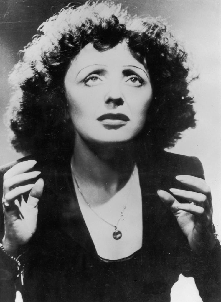 Η Εντίθ Πιαφ το 1948. Οταν δεν τραγουδούσε, αρκούσε να κοιτάς τα μάτια της για να καταλάβεις τί νιώθε (Keystone/Getty Images)