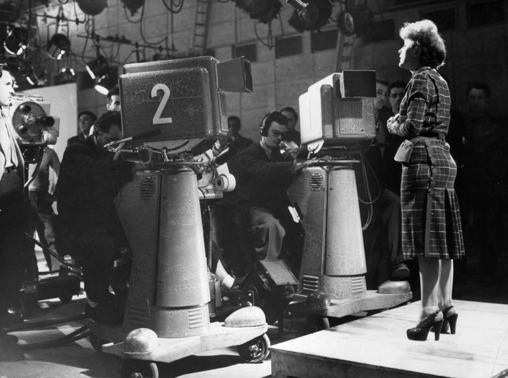 Το 1951, κατά τη διάρκεια εκπομπής για το γαλλικό κανάλι ABC, αμέσως μετά την περιοδεία της στις ΗΠΑ (Keystone/Getty Images)