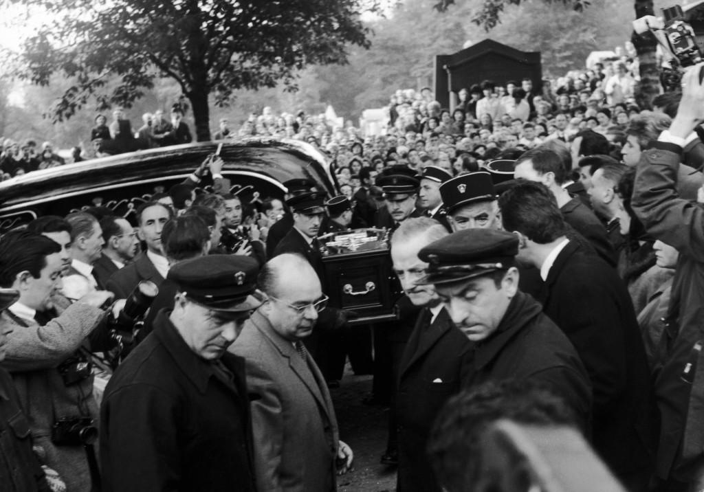 Στην κηδεία της στο Παρίσι όπου συγκεντρώθηκαν 40.000 άτομα, με την Μάρλεν Ντίτριχ να κλαίει απαρηγόρητη πάνω από το φέρετρο (Keystone/Hulton Archive/Getty Images)