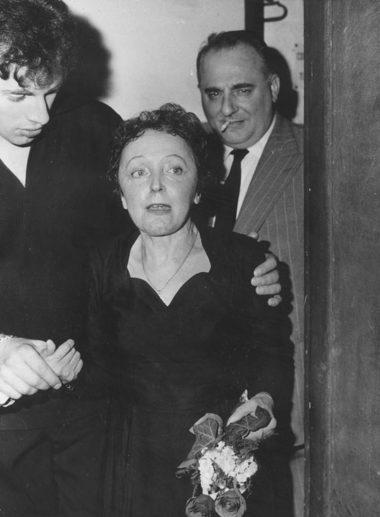 Η Πιάφ, υποβασταζόμενη από τον έλληνα συζυγό της Theo Sagapo, το 1960 (Keystone/Getty Images)