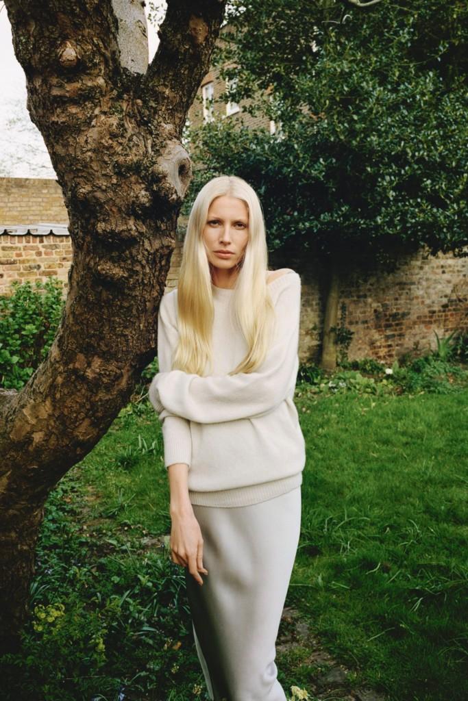 cf3b383a90 Η Kirsty Hume φωτογραφημένη με φαρδύ πουλόβερ και slip dress για το τεύχος  Ιουλίου της αμερικανικής