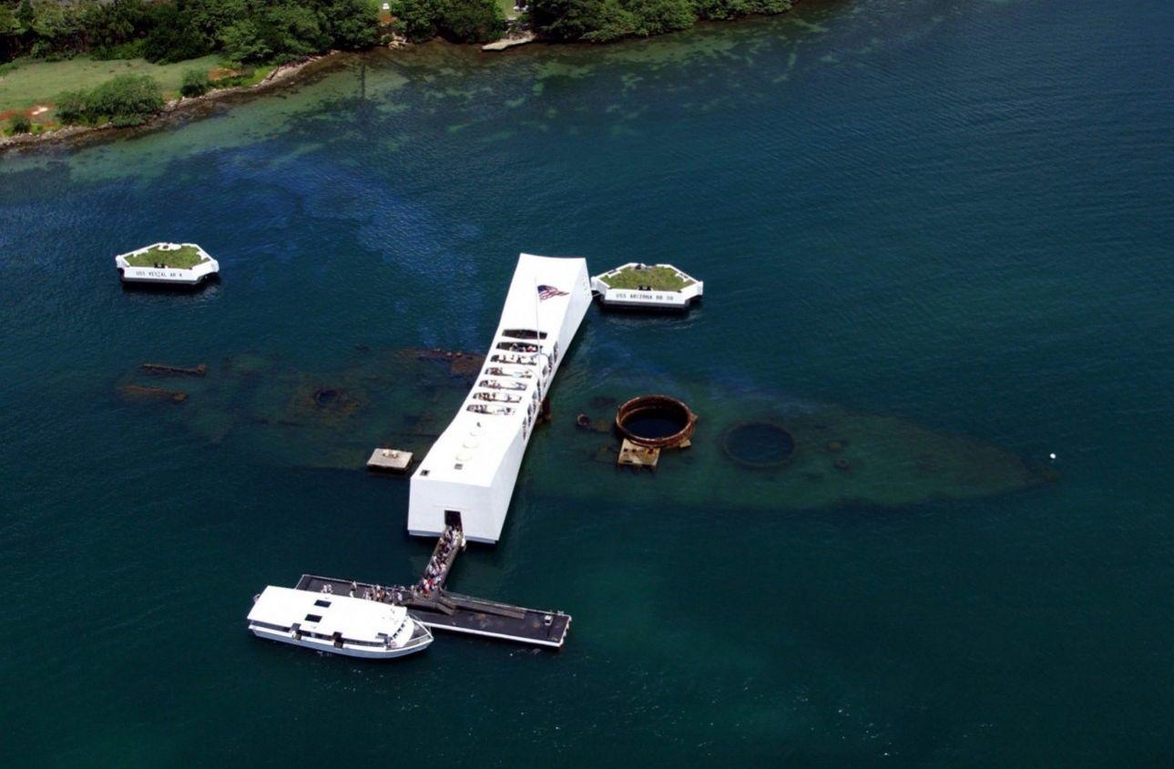 Ένα μνημείο χτίστηκε, το 1962, πάνω από το θωρηκτό USS Arizona που βύθισαν οι Ιάπωνες όταν βομβάρδισαν το Περλ Χάρμπορ, το 1941. Στο βυθό κείτονται και οι 1.102 ναύτες και πεζονάυτες που σκοτώθηκαν στην επίθεση, η οποία οδήγησε τους Αμερικανούς στον Β' Παγκόσμιο Πόλεμο.