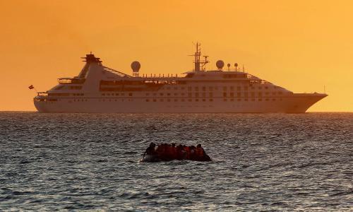 Αλλη ένα φωτογραφικό αποτύπωμα με μετανάστες στη μέση της θάλασσας