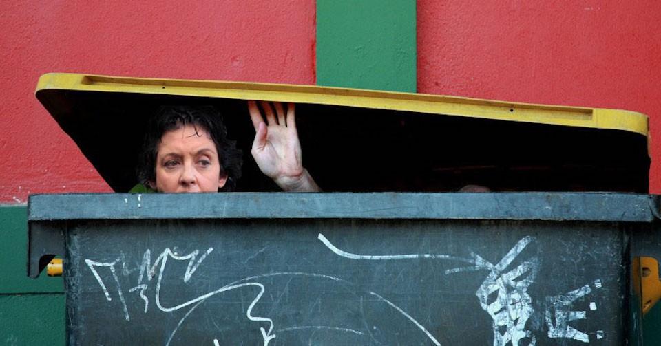 Η Λιάνα Κανέλλη, πέρασε τις ώρες της ψηφοφορίας μέσα σε ένα άδειο κάδο, έξω από τα γραφεία του Περισσού