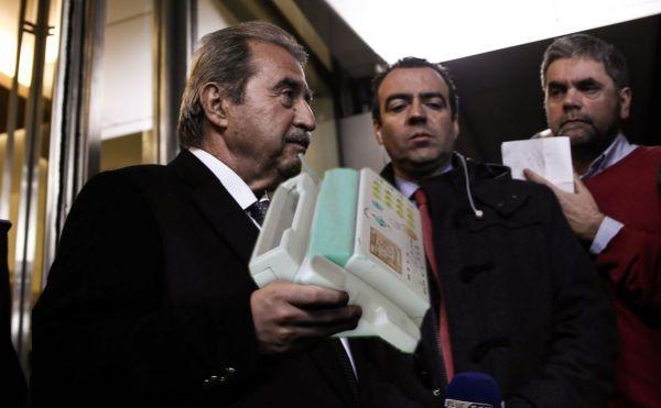 Γιάννης Τραγάκης παρουσιάζει στους δημοσιογράφους το μηχάνημα που θα βάλει τη χώρα στη νέα εποχή