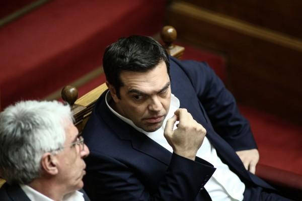 Αλέξης Τσίπρας και Νίκος  Παρασκευόπουλος συζητούν στη συνεδρίαση Alexandros Michailidis / SOOC