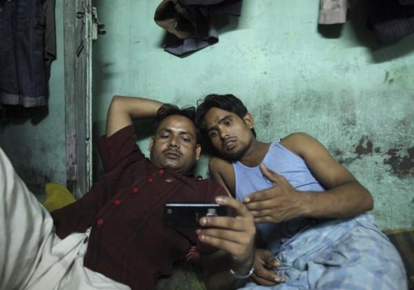 Δύο Ινδοί εργάτες παρακολουθούν ταινία μέσω του Netflix (Reuters)