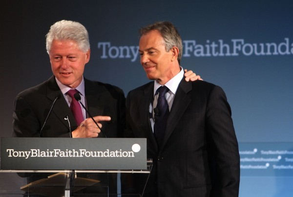 O Mπιλ Κλίντον μιλώντας σε εκδήλωση του Ιδρύματος Μπλερ το 2008 (Spencer Platt/Getty Images/Ιdeal Images)
