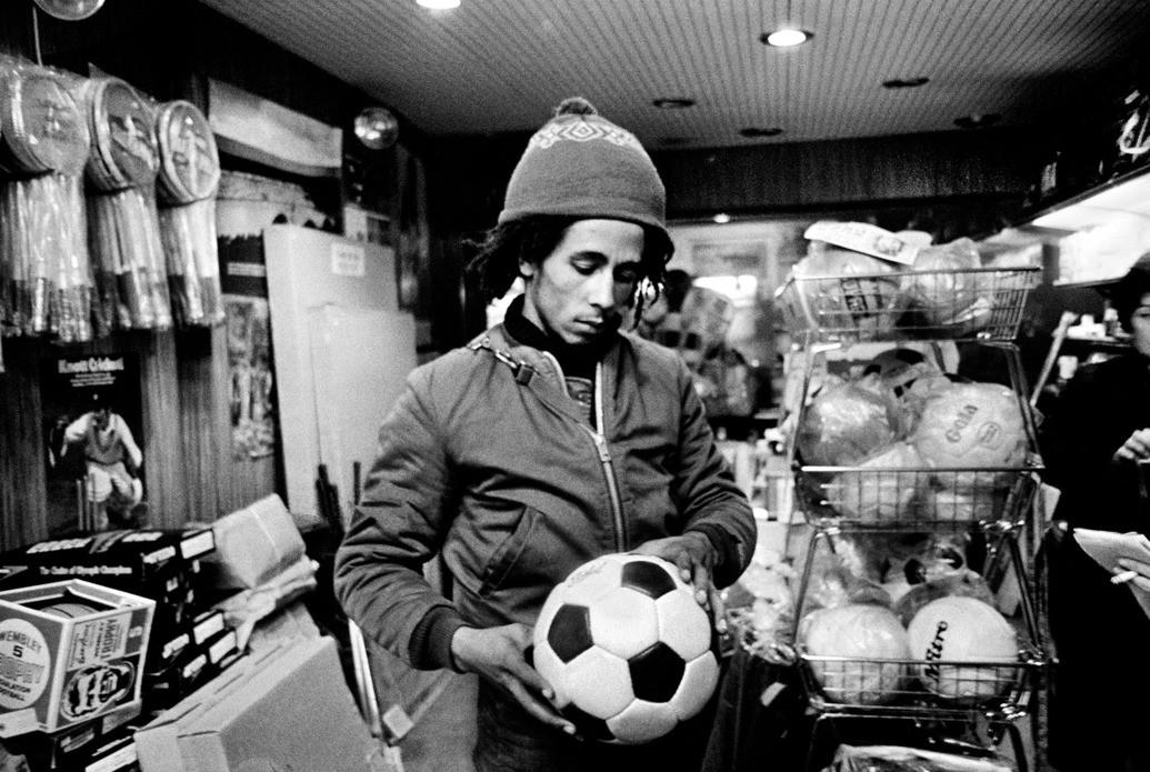Λάτρης του ποδοσφαίρου, το 1974 στο περιθώρειο της περιοδείας του στη Βρετανία.