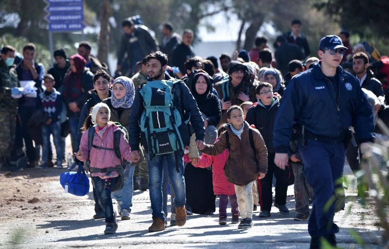 Οικογένειες προσφύγων μεταβαίνουν στο hotspot του Σχιστού το πρωί της 23ης Φεβρουαρίου