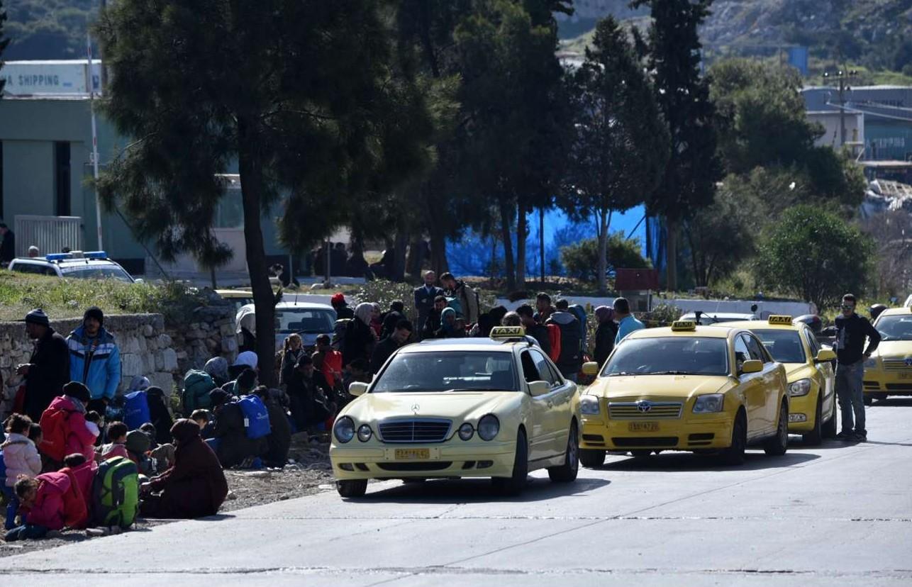 Πέριξ του hotspot του Σχιστού, Τρίτη πρωί: Αμέτρητοι πρόσφυγες αλλά και ταξί που περιμένουν να τους εξυπηρετήσουν...