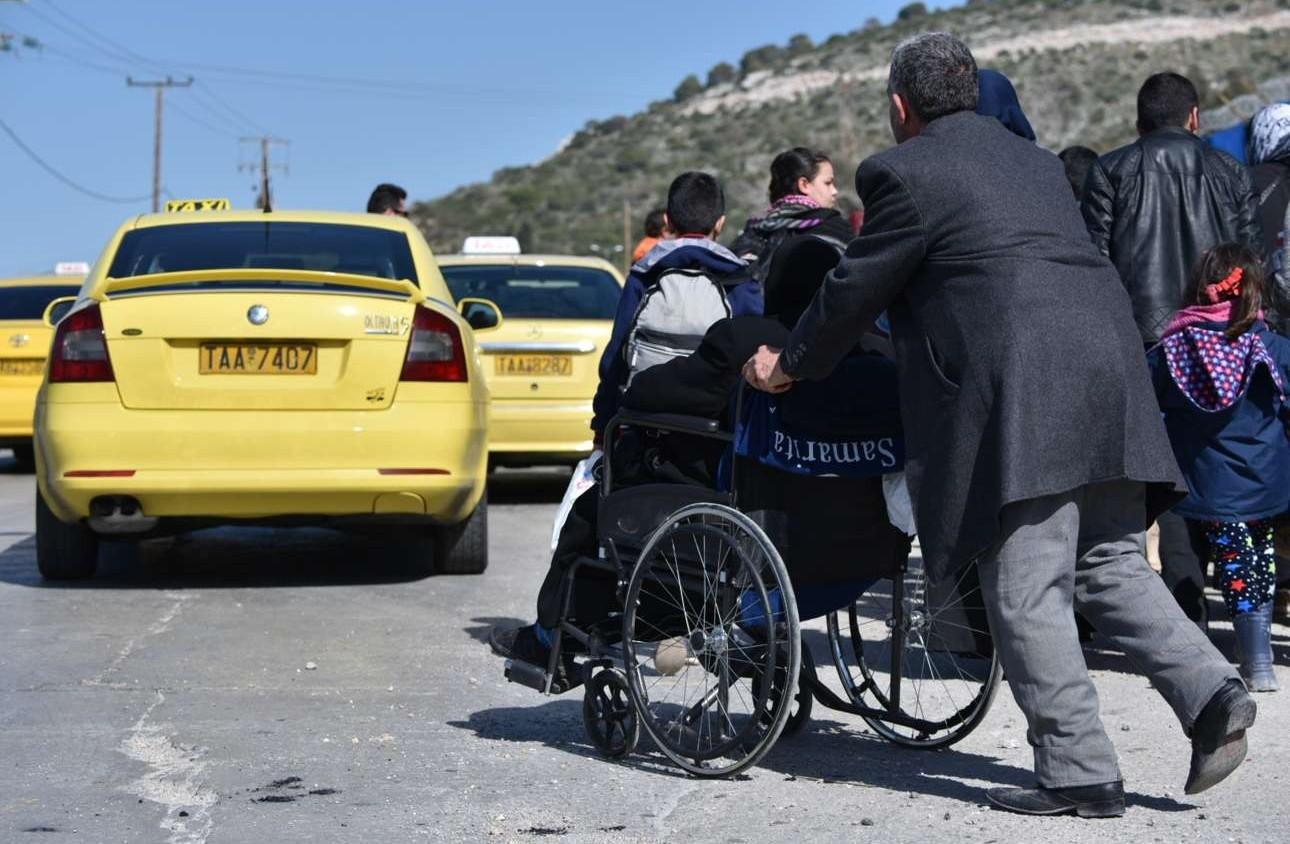 Τρίτη πρωί. Mε τα πόδια πρόσφυγες προσεγγίζουν το hotspot του Σχιστού. Μια πιάτσα ταξί έχει ήδη δημιουργηθεί...