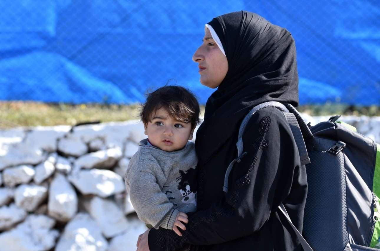 Μητέρα και παιδί, με μοναδικό εφόδιο ένα σακίδιο καταφθάνουν στο Σχιστό