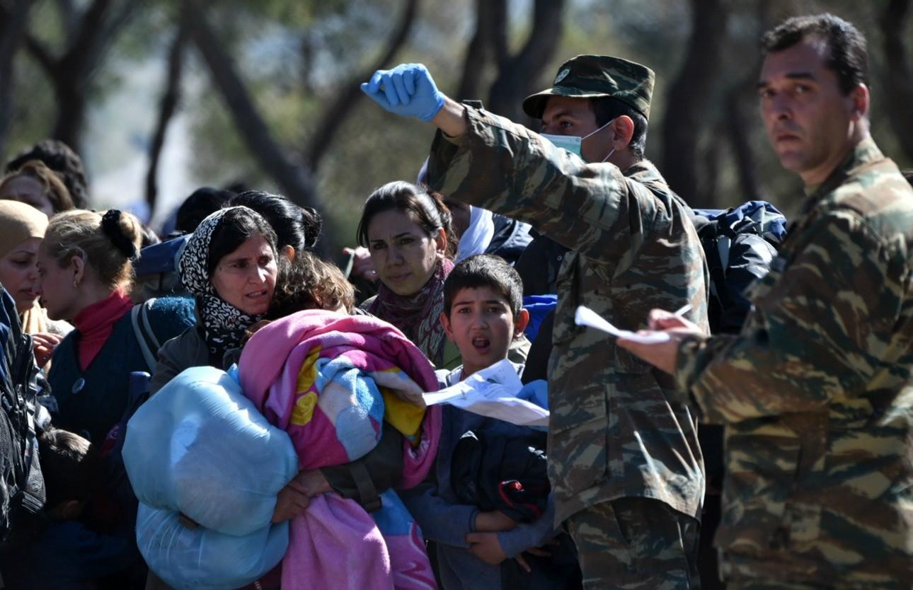 Υπό το βλέμμα των ανθρώπων των Ενόπλων Δυνάμεων, οικογένειες προσφύγων καταφθάνουν στο Σχιστό