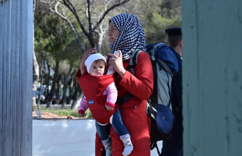 Μάνα και κόρη στο hotspot του Σχιστού
