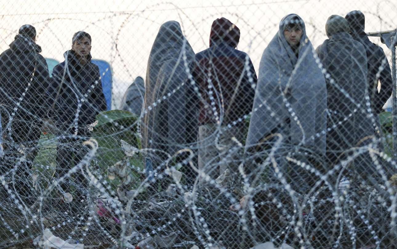 Οι πρόσφυγες προσπαθούν να προστατευθούν από το κρύο