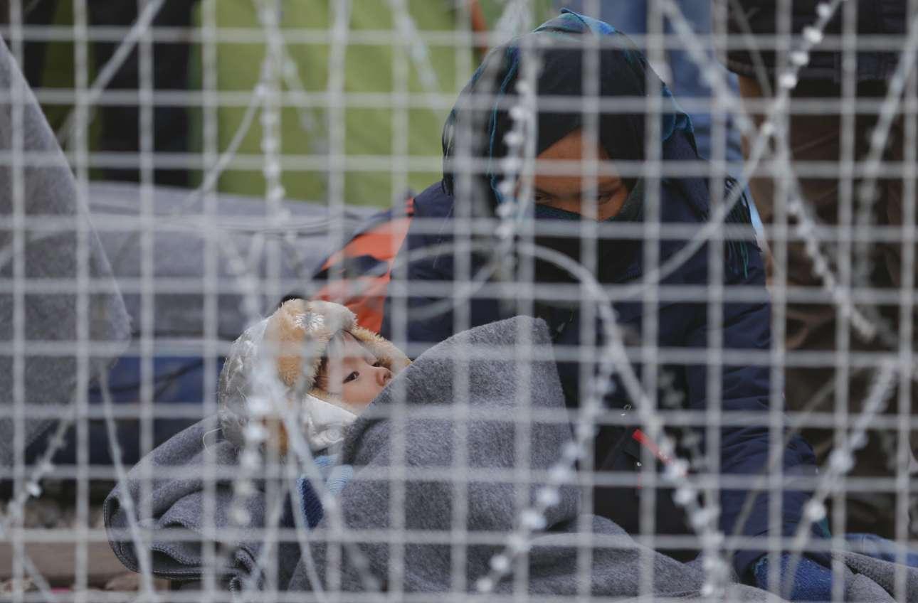Ανάμεσα στους ανθρώπους που έχουν εγκλωβιστεί κοντά στην Ειδομένη βρίσκονται και πολλά παιδιά