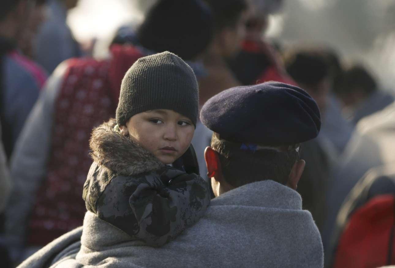 Αλλο ένα από τα δεκάδες παιδιά που έχουν εγκλωβιστεί στα σύνορα Ελλάδας - ΠΓΔΜ