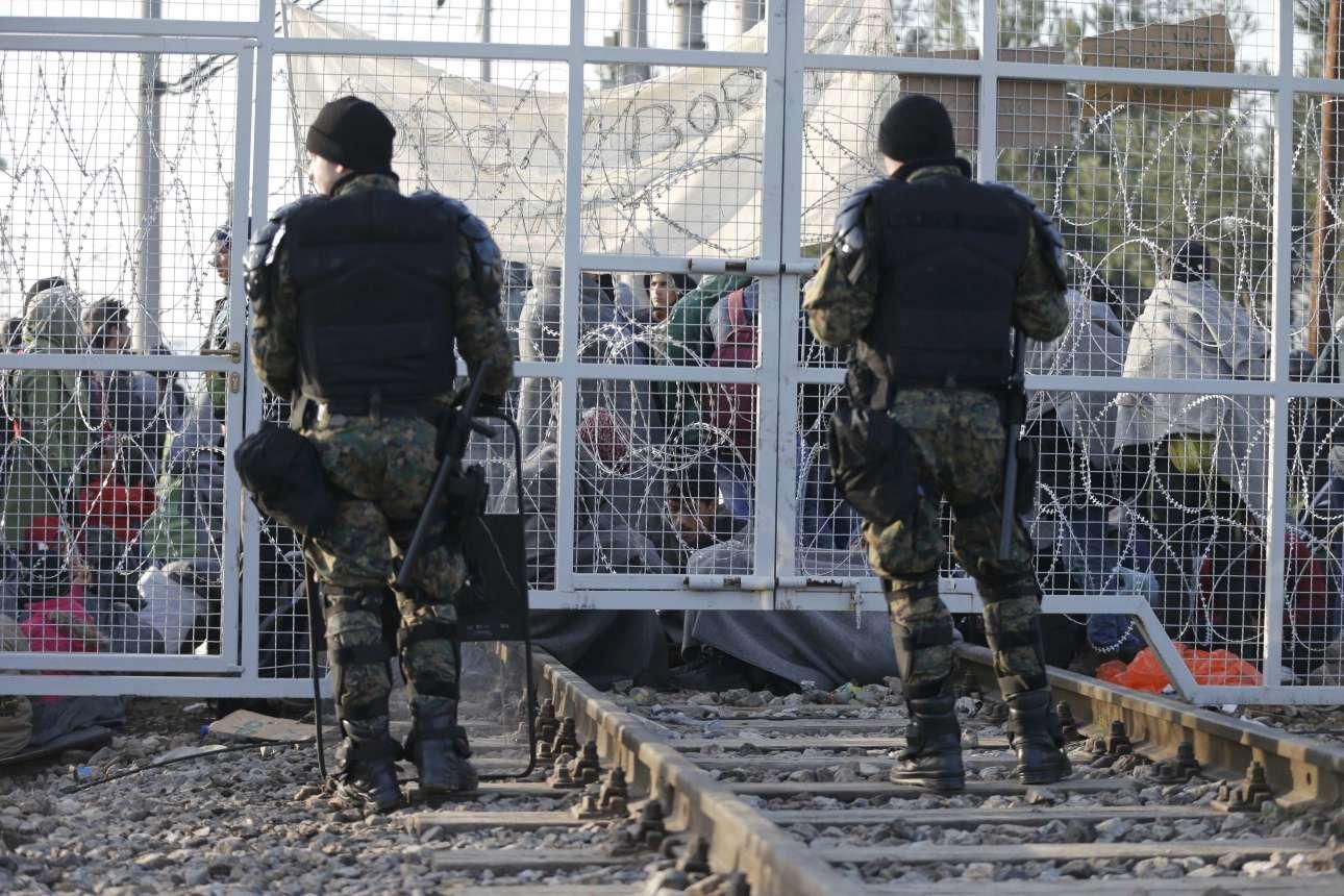 Ο φράχτης στα σύνορα με την ΠΓΔΜ. Σκοπιανοί συνοριοφύλακες αγρυπνούν για να μην περάσει κανείς.