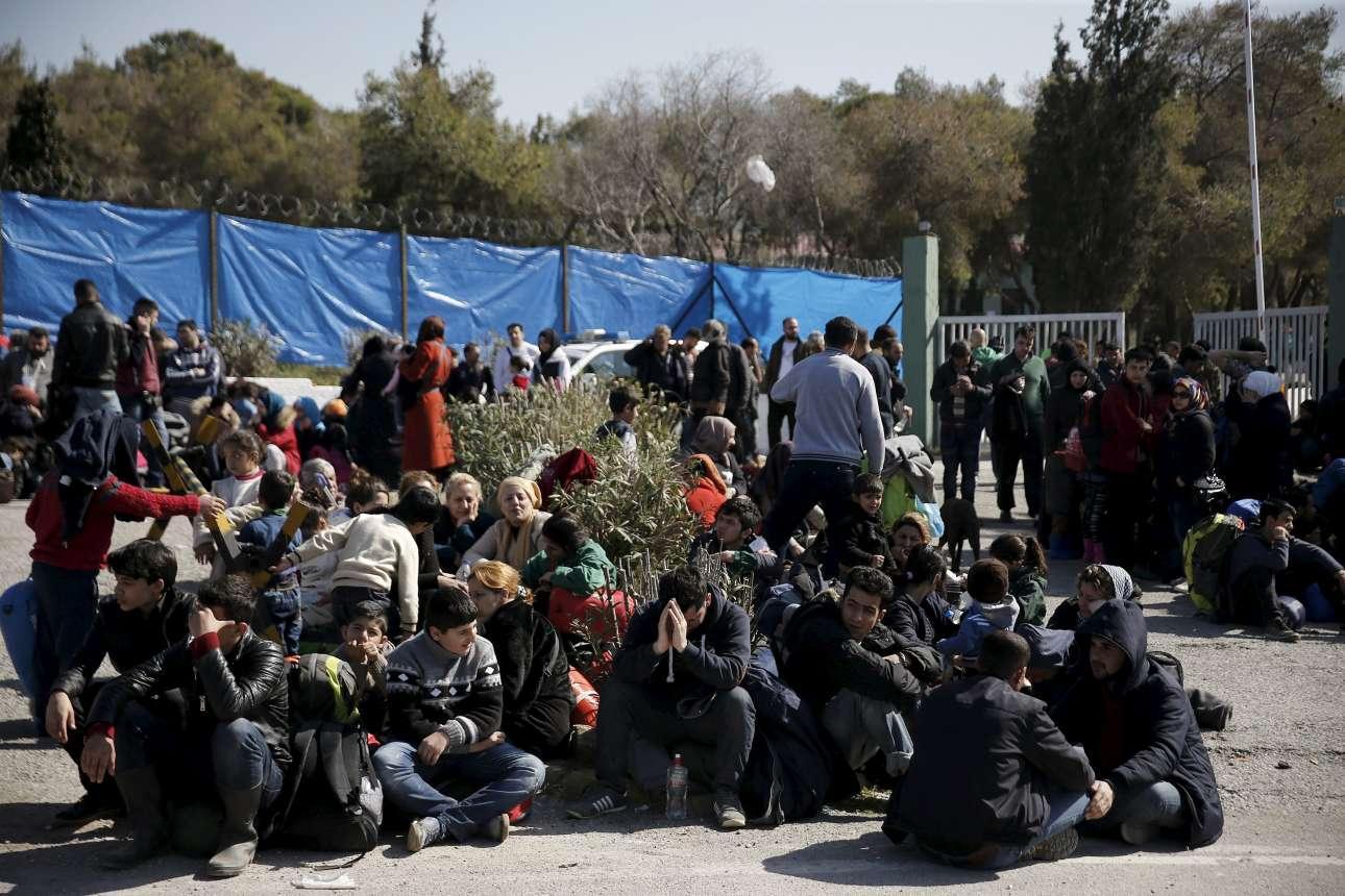 Πρόσφυγες περιμένουν να μπουν στο hotspot του Σχιστού