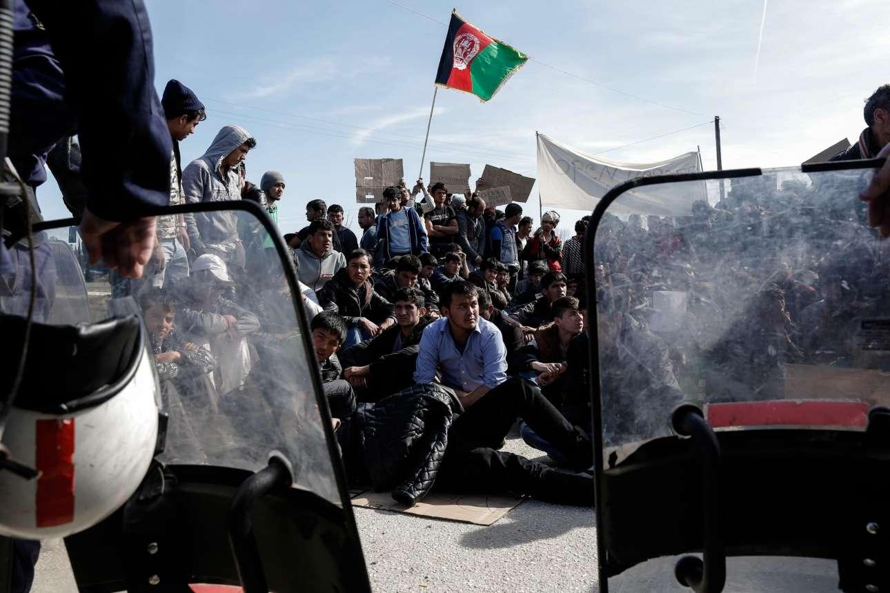 Οικογένειες μεταναστών πίσω από τη ζώνη που έχουν δημιουργήσει οι ειδικές δυνάμεις της ΕΛ.ΑΣ. στην Ειδομένη