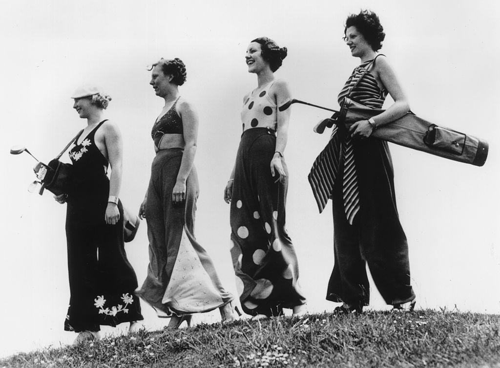 Τέσσερις γυναίκες φορούν πιτζάμες παραλίας για να παίξουν γκολφ σε ένα από  τα καλά θέρετρα της εποχής 44b7220aad4