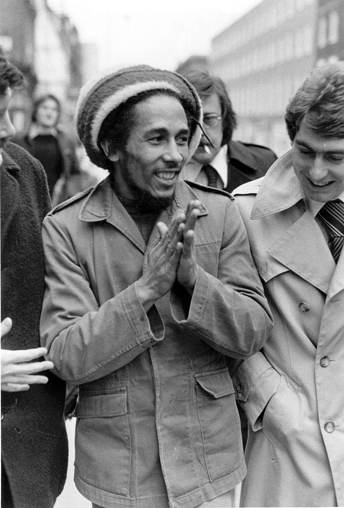 Λονδίνο, 6 Απριλίου 1977. Εξω από το δικαστήριο όπου έλαβε ποινή προστίμου για κατοχή ινδικής κάνναβης