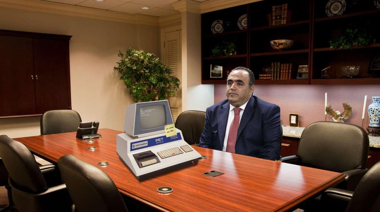 Ο προϊστάμενος της Δίωξης Ηλεκτρονικού Εγκλήματος, περιμένει να φορτώσει ο νέος του υπολογιστής