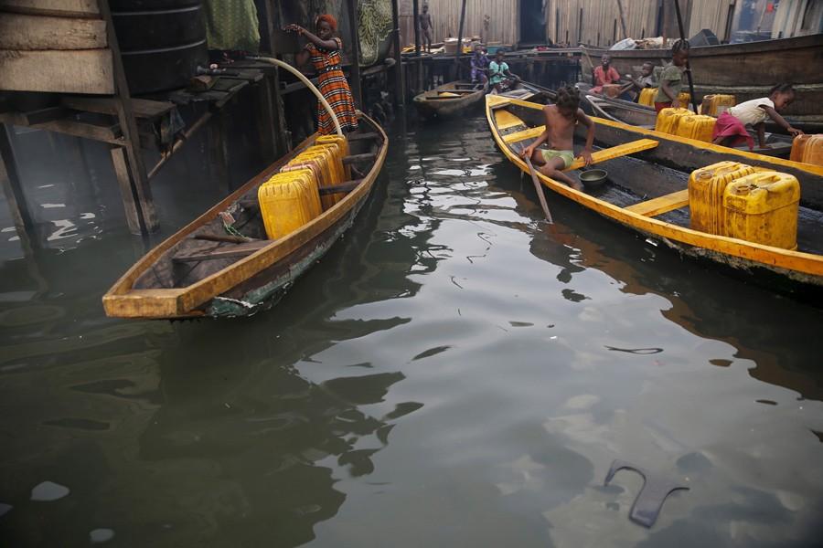 29 Φεβρουαρίου/ Σε πολλές περιοχές της Νιγηρίας το νερό πωλείται με το γαλόνι. Ψαράδες της κοινότητας Μακόκο γεμίζουν τα μπιτόνια.