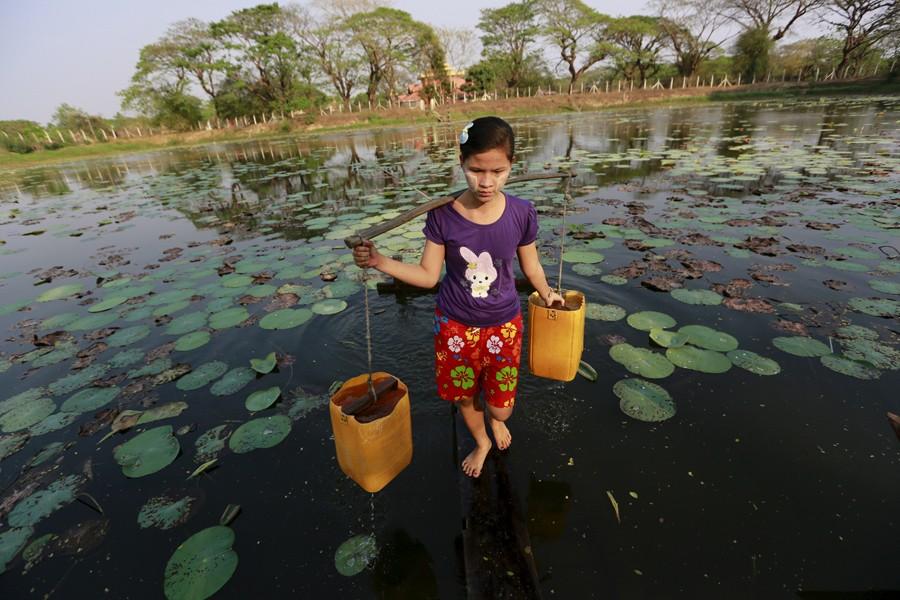 3 Μαρτίου/ Μαζεύοντας πόσιμο νερό στον ποταμό Ντάλα έξω από την πρωτεύουσα της Μιανμάρ, Γιανγκόν