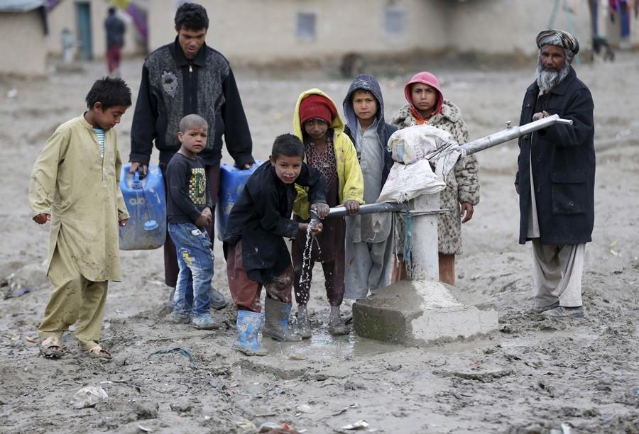 4 Μαρτίου/ Παιδιά πίνουν νερό από δημόσια βρύση έξω από την Καμπούλ του Αφγανιστάν