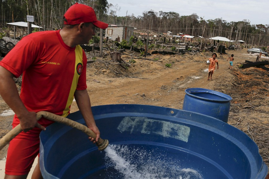 4 Μαρτίου/ Στη βραζιλιανική ενδοχώρα, ένας δημόσιος υπάλληλος γεμίζει με καθαρό νερό ένα κουβά δίπλα σε αποξηραμένη λίμνη. Το πόσιμο νερό είναι σε έλλειψη μολονότι ο Αμαζόνιος είναι κοντά.