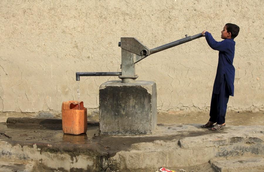 4 Μαρτίου/ Η διαδικασία να προμηθευτείς καθαρό νερό στο Πεσαβάρ του Αφγανιστάν