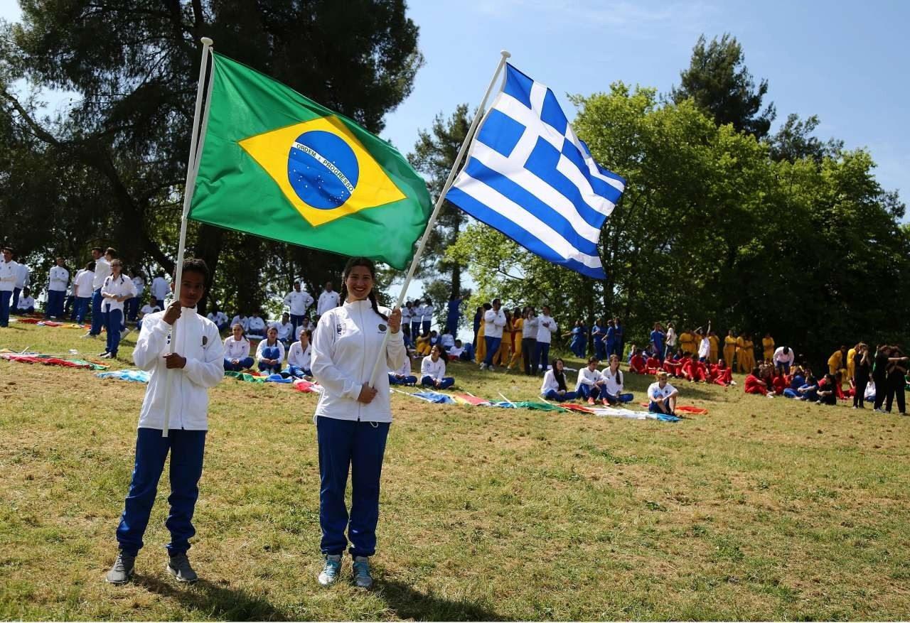 Η ελληνική και η βραζιλιάνικη σημαία στον χώρο της Αρχαίας Ολυμπίας