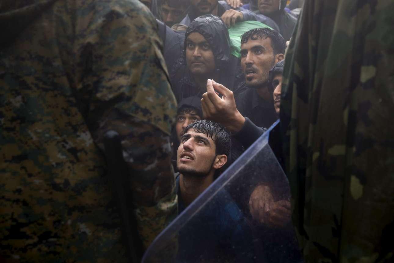 10 Σεπτεμβρίου 2015. Μια εικόνα που θυμίζει πάθη Μεγάλης Εβδομάδας. Πρόσφυγες ικετεύουν τους σκοπιανούς αστυνομικούς να τους αφήσουν να περάσουν. Η Βαλκανική Οδός ήταν ακόμα ανοιχτή