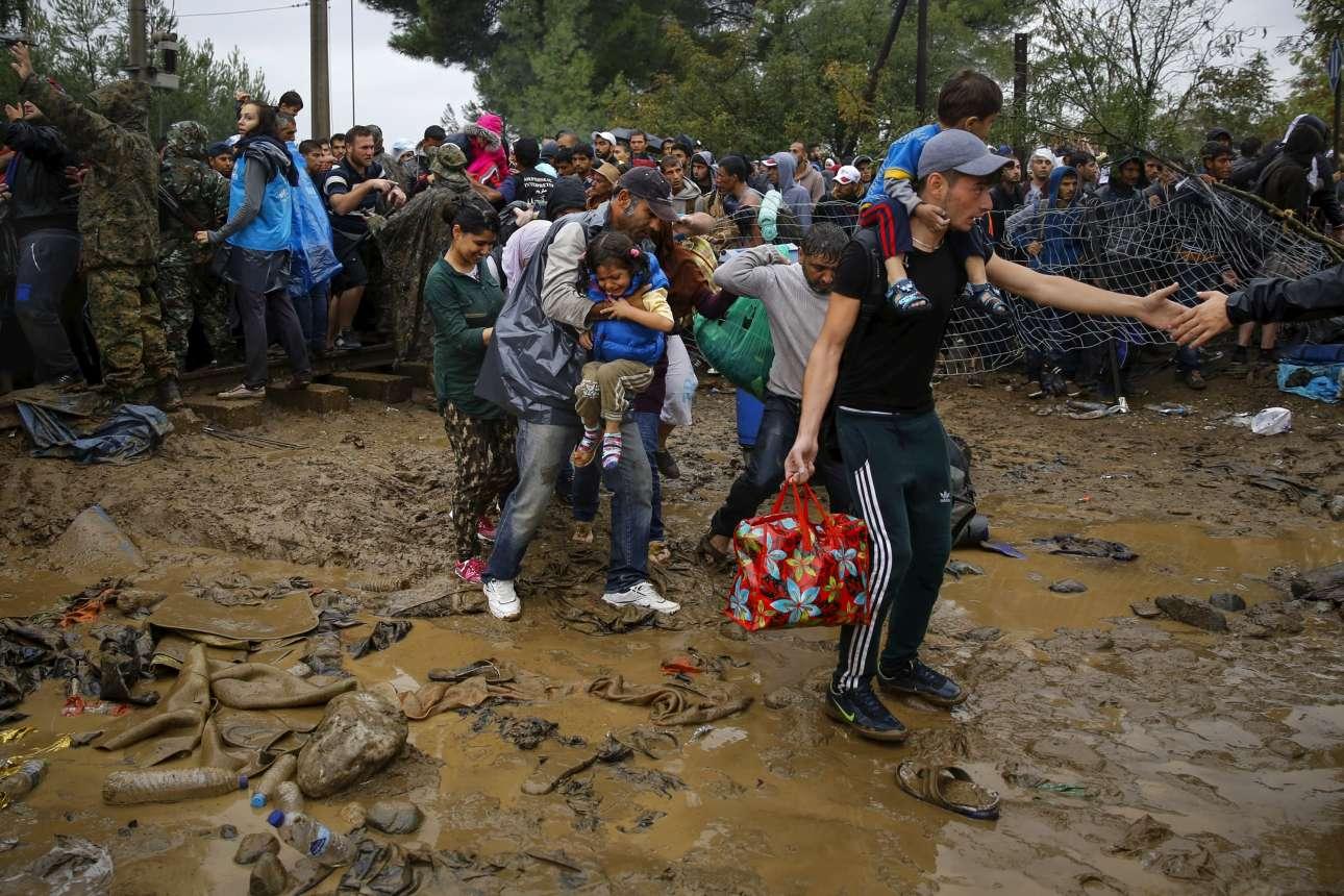 10 Σεπτεμβρίου 2015. Πρόσφυγες προσπαθούν να μπουν στην ΠΓΔΜ στην Ειδομένη. Πολλά από τα παπούτσια των προηγούμενων έχουν κολλήσει στις λάσπες...
