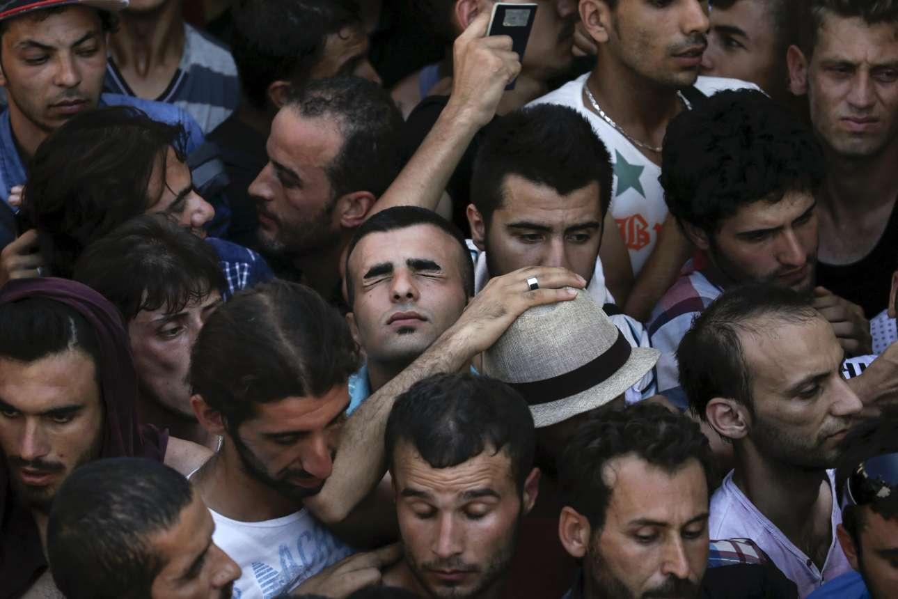 12 Αυγούστου 2015. Η ατμόσφαιρα αποπνυκτική. Σύροι πρόσφυγες προσπαθούν να αναπνεύσουν στριμωγμένοι στην ουρά έξω από το στάδιο της Κω, προκειμένου να καταγραφούν από τις ελληνικές Αρχές