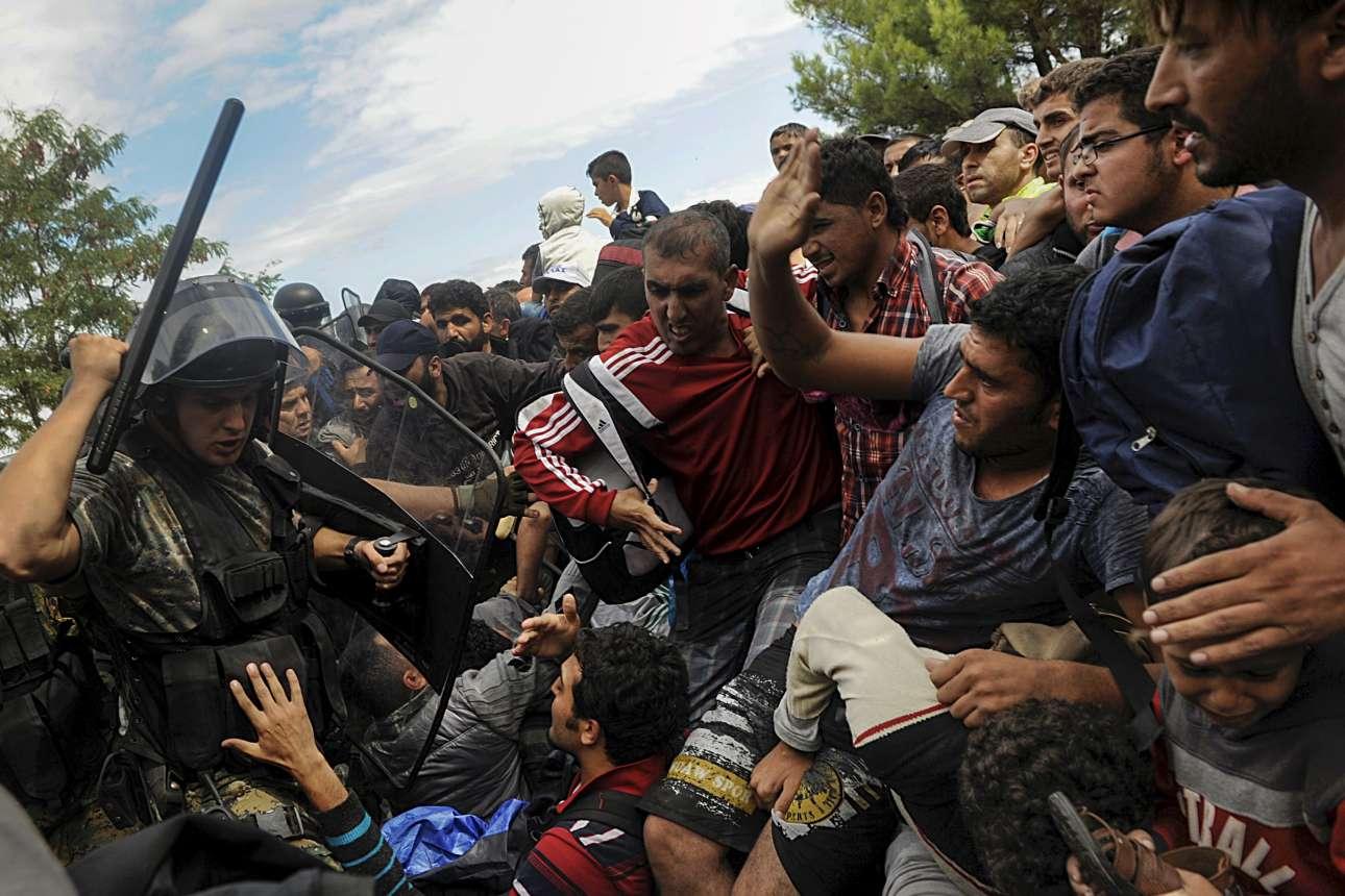 22 Αυγούστου 2015. Ανδρες των σκοπιανικών δυνάμεων καταστολής ξυλοκοπούν πρόσφυγες που προσπαθούν να εισέλθουν στην ΠΓΔΜ