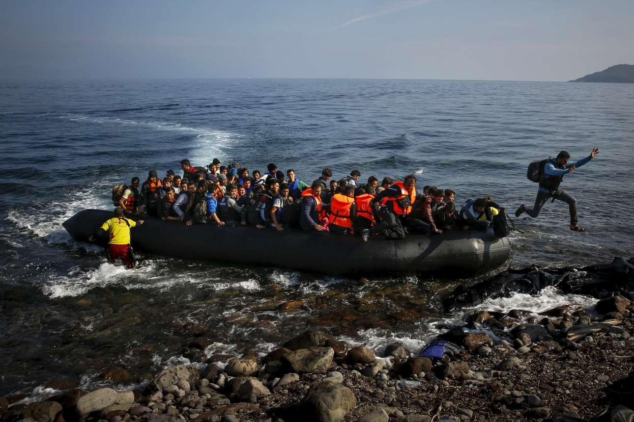 19 Οκτωβρίου 2015. Ενας αφγανός πρόσφυγας κάνει το άλμα στην Ευρώπη - αποβιβάζεται στη Λέσβο. Η φωτογραφία δημοσιεύτηκε και στους New York Times