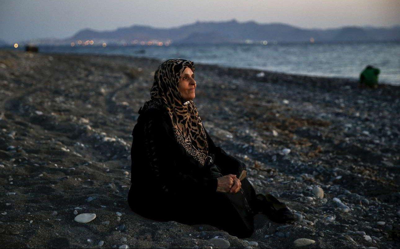 12 Αυγούστου 2015. Το βλέμμα της ελπίδας... Η Παλαιστίνια Αμούν, 70 ετών, που ζούσε στο Χαλέπι της Συρίας, έχει φθάσει στην ακτή της Κω. Η Αμούν είναι τυφλή...